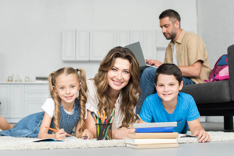 ילדים עושים שיעורי בית עם אמא